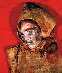 Возраст этой женщины, чьи останки были обнаружены близ озера Лобнор, составляет от 3700 до 4000 лет. На голове у нее — войлочная шапка, на теле — шерстяная накидка. Мимо озера Лобнор, постоянно меняющего свои очертания, еще в глубокой древности пролегал путь с запада Евразии на восток — прообраз Великого шелкового пути.  В Европе подобную ткань находили в соляных шахтах кельтов.